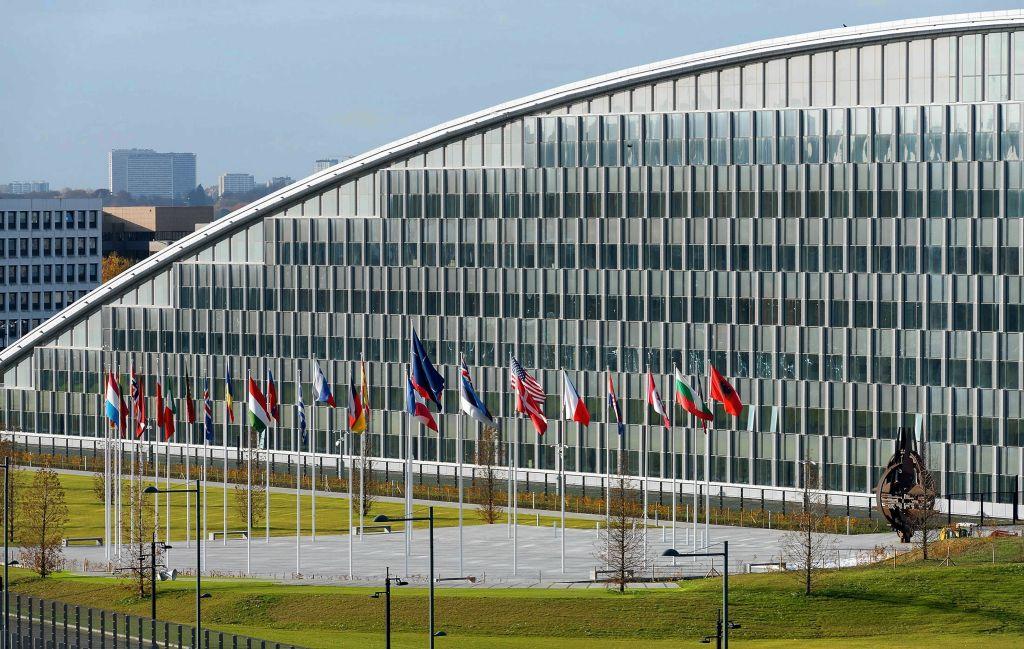 U.S.  expels 60 Russians, closes consulate