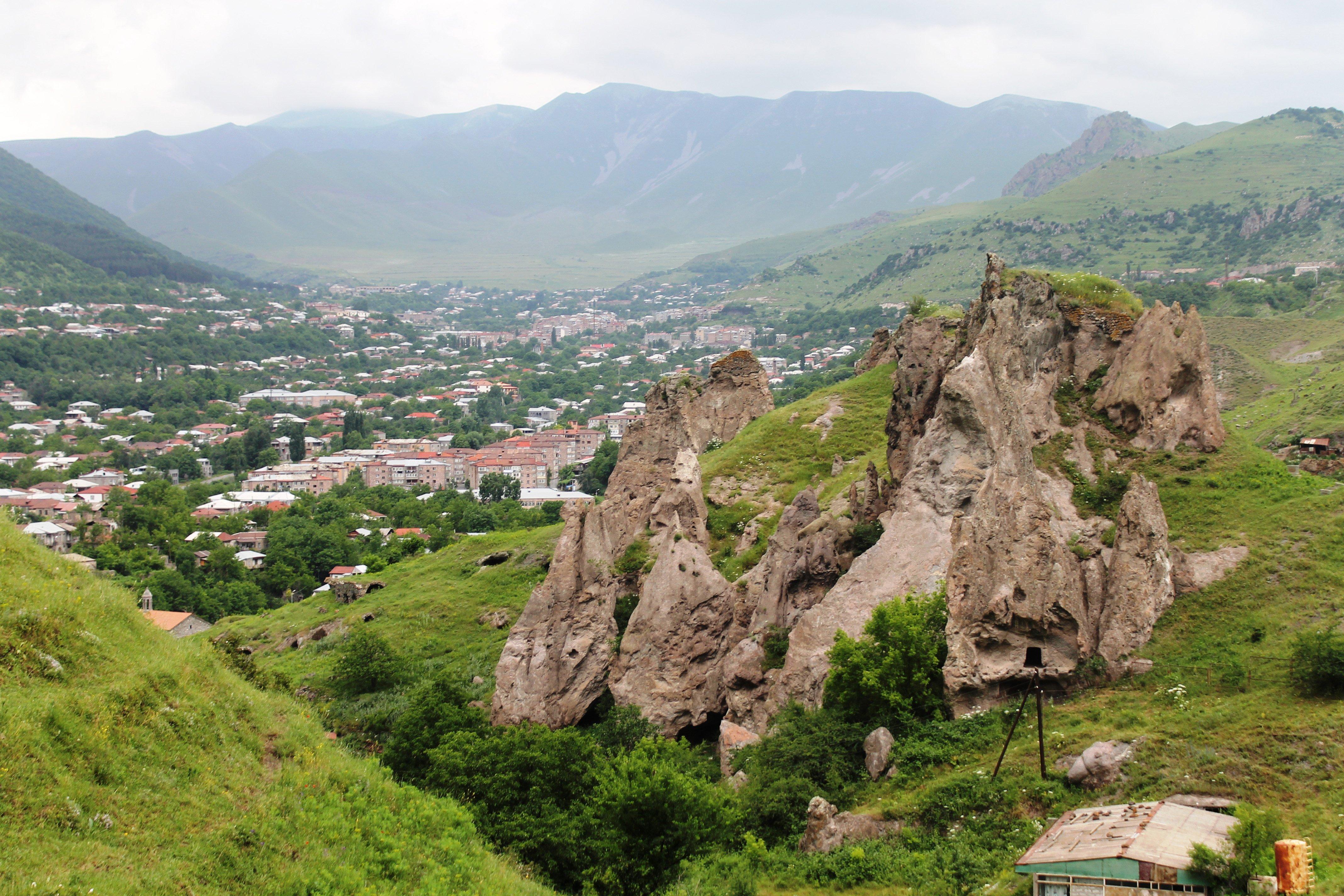 Troglodyte洞穴住宅位于亚美尼亚南部的Goris镇上方。照片:Diana Noonan