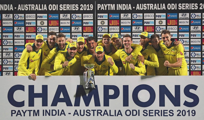 在赢得为期一天的国际系列赛后,澳大利亚队以奖杯庆祝...