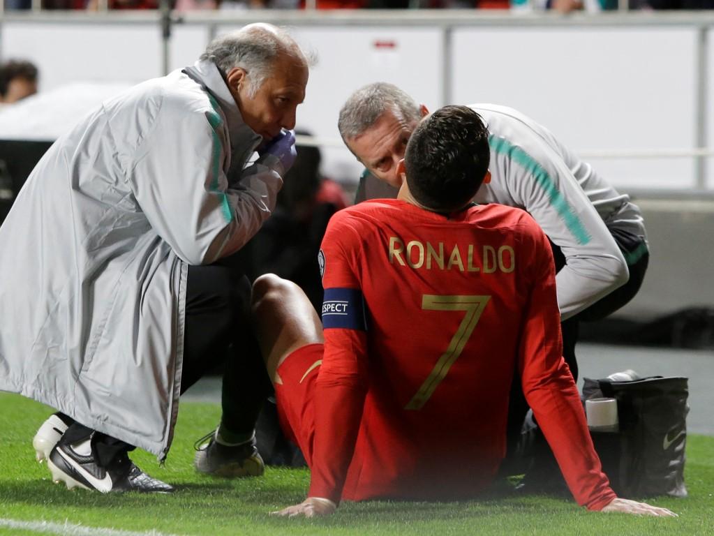 克里斯蒂亚诺罗纳尔多在葡萄牙队对阵塞尔维亚的比赛中接受了医务人员的治疗......