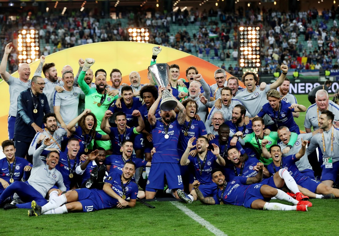 Chelsea players celebrate with the trophy after their win over Arsenal. Photo: Reuters