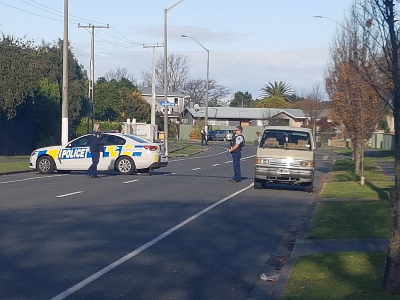 武装警察在纳皮尔威克利夫街的封锁。照片:Blair Voorend来自新西兰先驱报