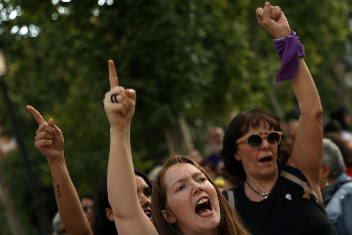 在西班牙最高法院发现五名男子被称为......之后,女性聚集在马德里最高法院外