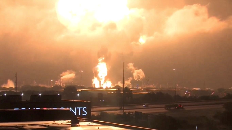 费城能源解决方案公司的炼油厂在火灾期间发生爆炸,在......