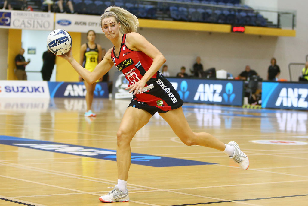 Jane Watson looks to pass during the ANZ Premiership. Photo: Getty Images