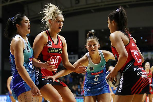 Kimiora Poi looks to pass to Te Paea Selby-Rickit. Photo: Fiona Goodall / Getty Images