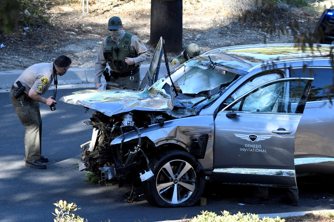 Police inspect Tiger Woods' vehicle after the accident. Photo: Reuters