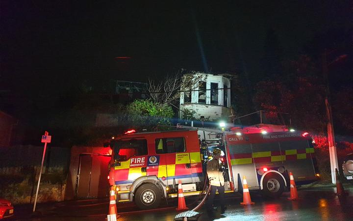 Fire crews were called to the scene in Hanson St late on Sunday night. Photo: RNZ