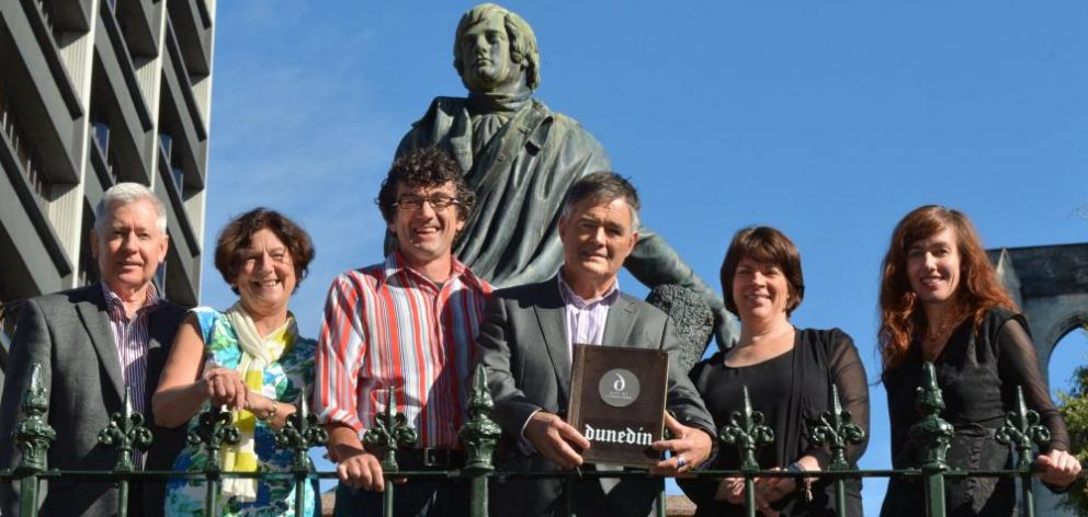 Dunedin Mayor Dave Cull (fourth from left),  University of Otago vice-chancellor Prof Harlene Hayne (fifth from left)  and members of the Unesco City of Literature bid management committee (from left) Bernie Hawke, Annie Villiers, Dr Noel Waite and Liz Kn
