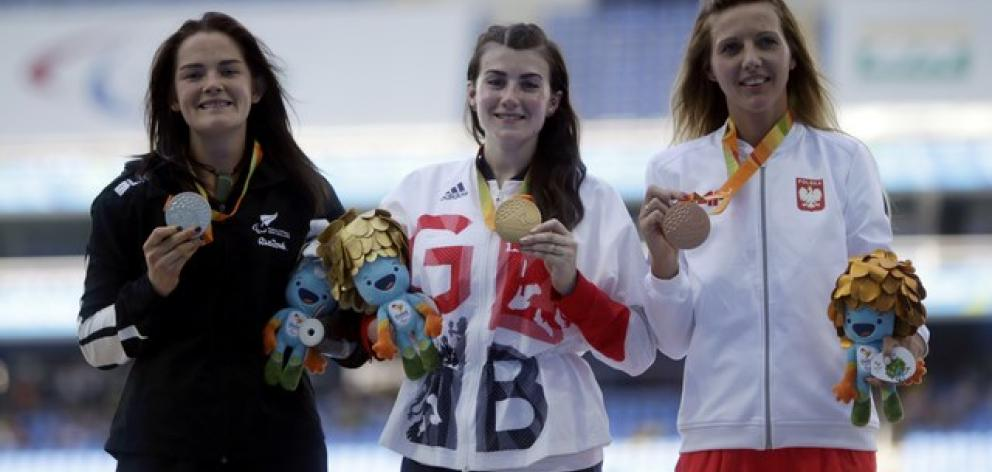 Holly Robinson of New Zealand (left) with her silver medal along with gold medallist Hollie...