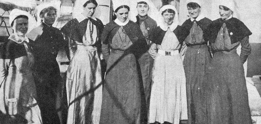 Nursing sisters on the hospital ship Marama at Port Chalmers. — Otago Witness, 14.3.1917.
