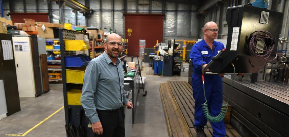 斯科特技术公司首席执行官克里斯霍普金斯和机械师卡尔文阿本昨天即将扩大凯科莱谷总部。照片:Gregor Richardson