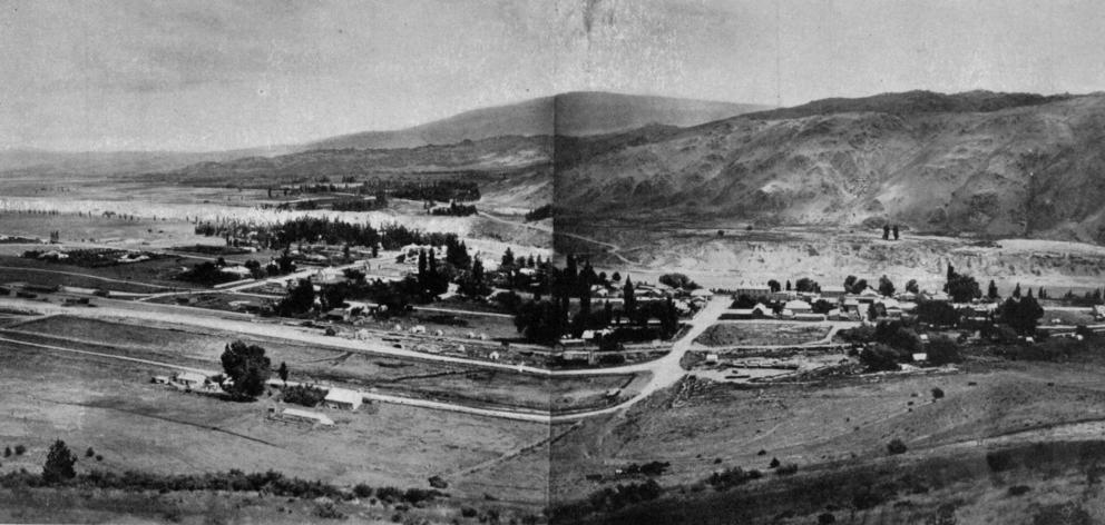 The picturesque township of Clyde, situated at the mouth of the Clyde-Cromwell Gorge. - Otago...