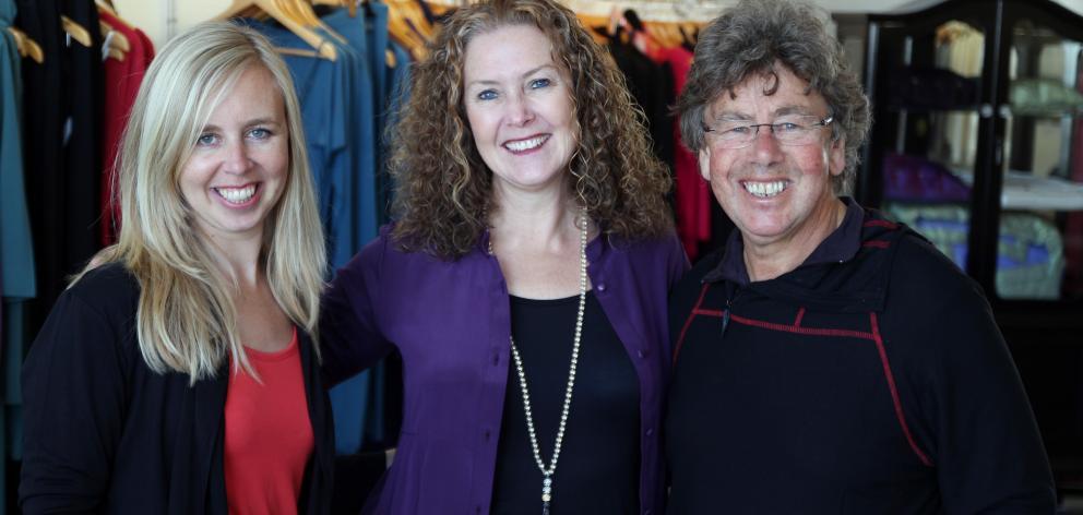 Emily Cooper(左)和David Cooper与新的Silkbody老板Laurian Godwin。照片:Sam Clarkson