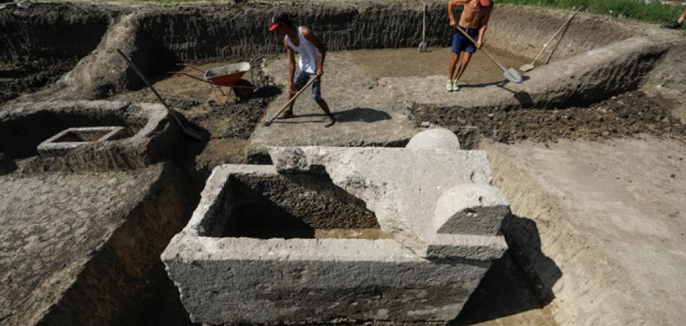 Serbian archeologist uncover Roman-era sarcophagus. Photo: Reuters