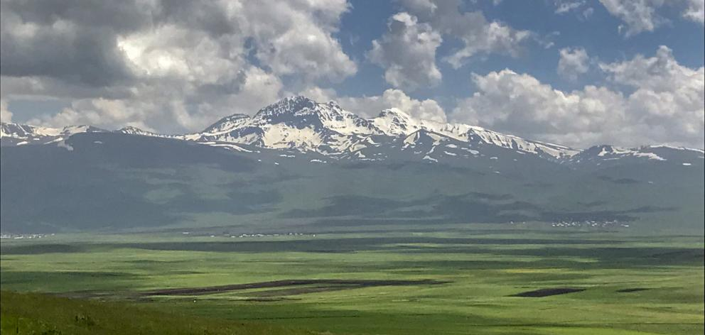 围绕着一座死火山的大火山口的四座阿拉加特峰形成了最高峰......
