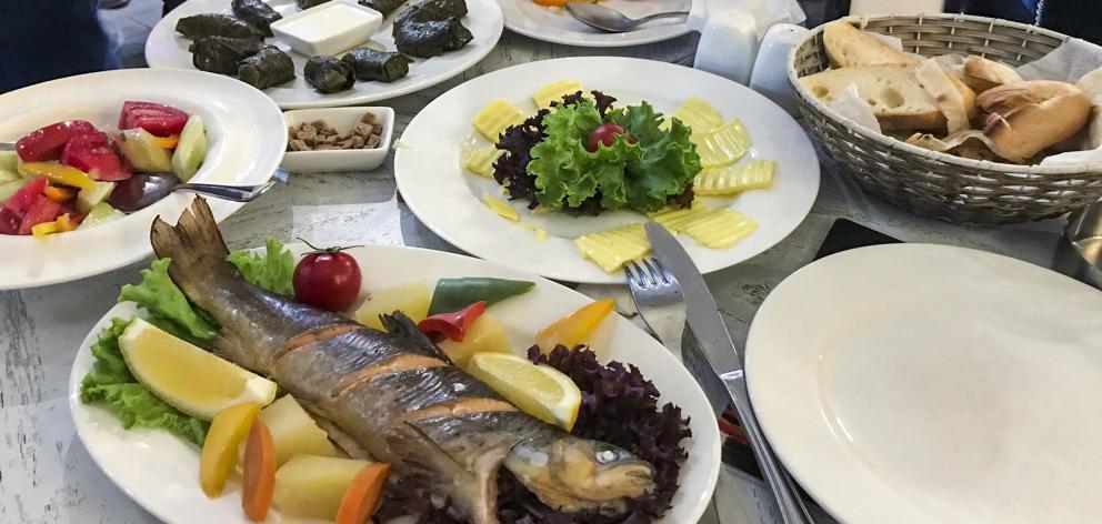 我们在埃里温的最后一顿晚餐包括来自塞万湖的鳟鱼,番茄沙拉和酿葡萄......