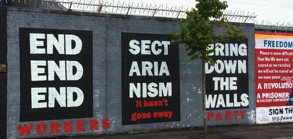 """""""宗派主义:它还没有消失"""",吹响了贝尔法斯特的壁画。"""