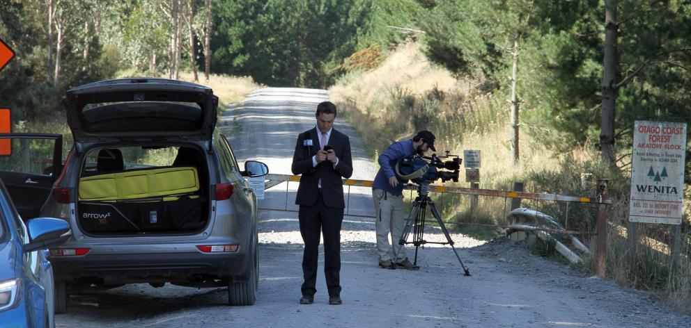 来自澳大利亚媒体频道的摄影师在米尔本的Narrowdale路完成了他的枪击事件......