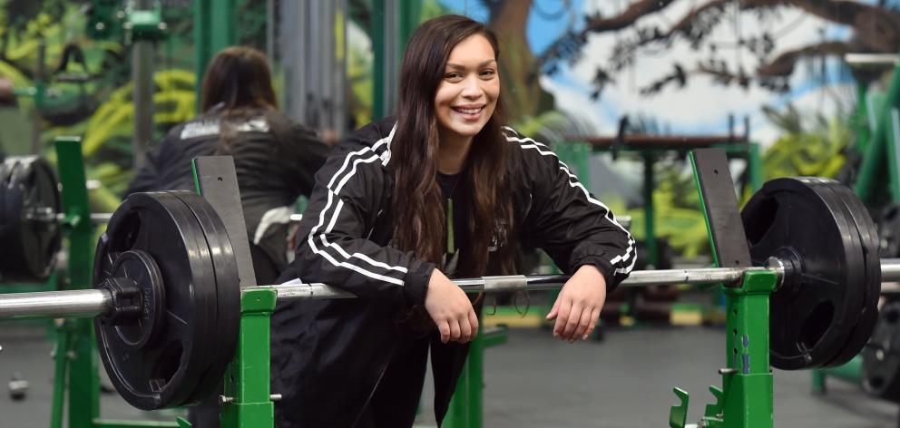 Otago powerlifter Amber Russell在心脏手术后18个月创下了大洋洲卧推记录....