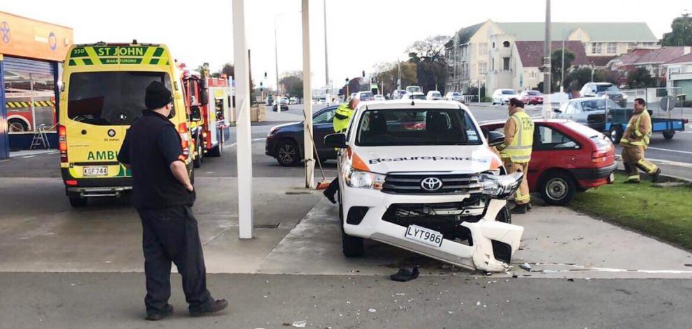 一辆4WD车辆在被一辆车砸过两辆沙发后被损坏后损坏...