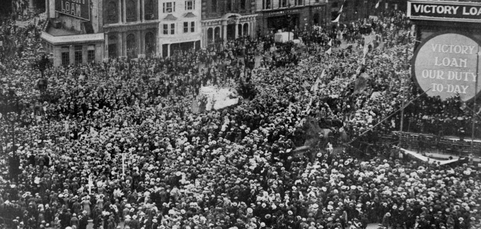 The huge crowd that gathered in Trafalgar Square, London, on the receipt of the news on June 28 that peace had been signed. - Otago Witness, 29.8.1919.