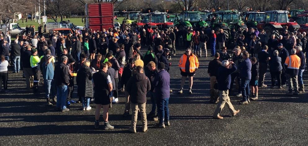Hundreds of farmers have gathered to protest in Gore. Photo: Gerard O'Brien