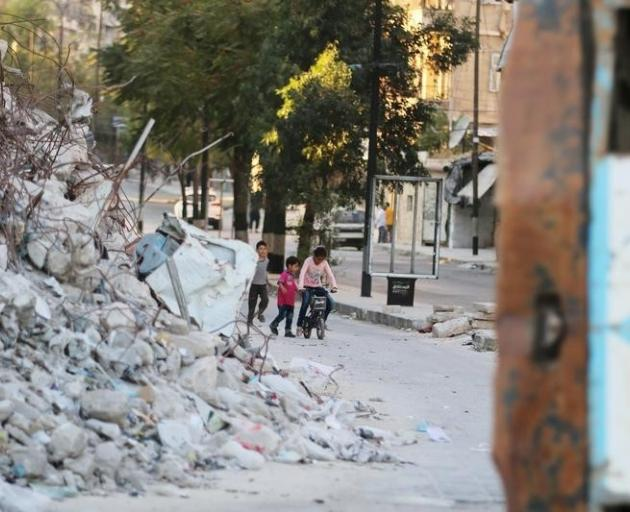 Kerry says Syrian ceasefire holding but fragile