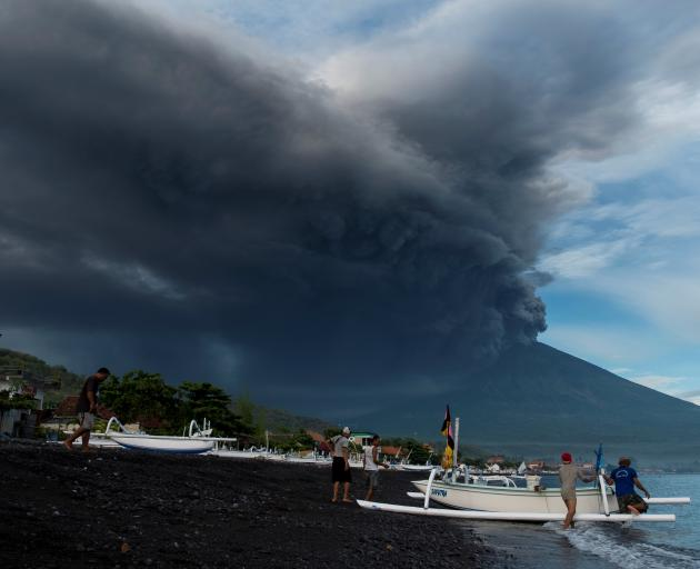 Bali volcano latest: Airlines CANCEL flights - is YOUR journey affected?