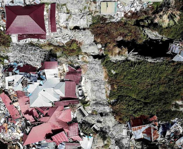Indonesia quake toll jumps, survivors grow more desperate
