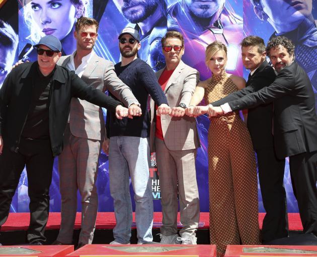 左起:Marvel Studios总裁Kevin Feige和Endgame一起演唱Chris Hemsworth,Chris Evans ......