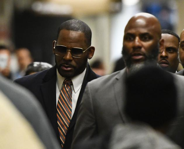 R. Kelly(左)到达法庭寻求他的子女抚养案。照片:AP