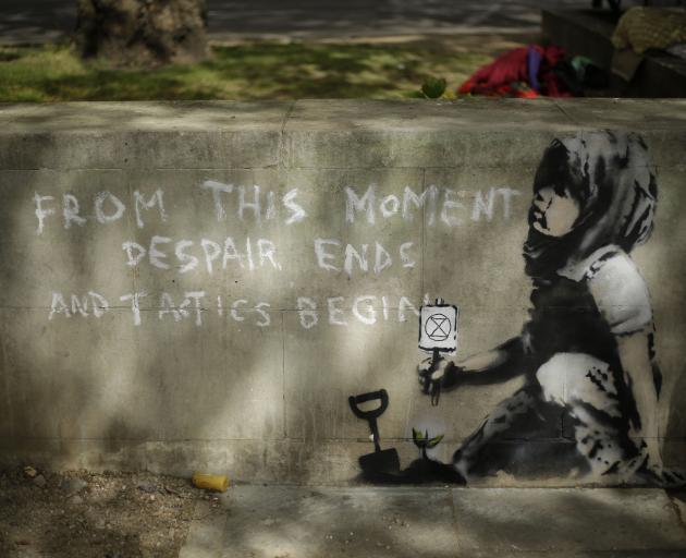 墙上的画作出现在伦敦大理石拱门举行的气候抗议活动中。照片:AP