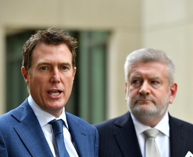 司法部长Christian Porter(左)和通讯部长Mitch Fifield。照片:...