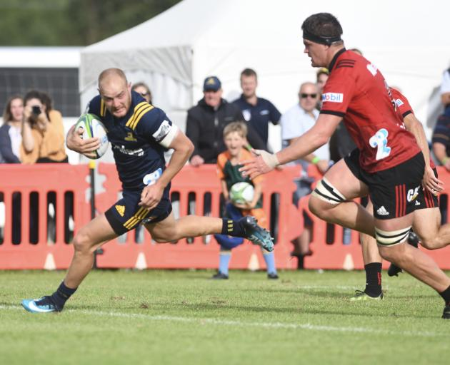 Matt Faddes scores the second of three tries for the Highlanders. Photo: Craig Baxter