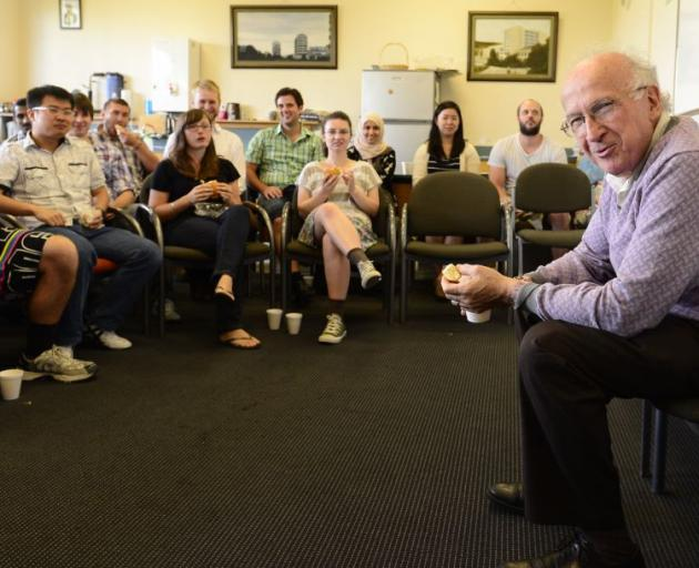 Nobel Laureate Prof Roald Hoffmann advises University of Otago postgraduate chemistry students yesterday that scientists must communicate with the wider community. Photo by Peter McIntosh.