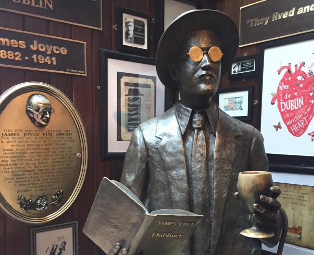 在圣殿酒吧的詹姆斯乔伊斯雕像让人想起都柏林的文学史。