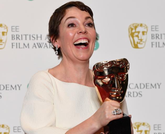 """一位高兴的奥莉维亚·科尔曼(Olivia Coleman)因其在""""最爱""""中饰演安妮女王而获得最佳女演员奖。"""