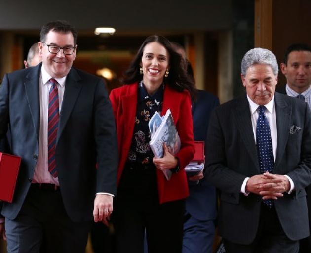 体育部长Grant Robertson(左)与总理Jacinda Ardern和赛车部长......