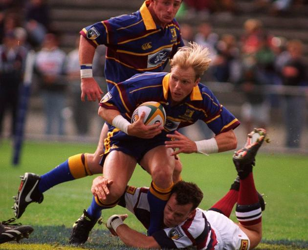 Highlanders winger Jeff Wilson is supported by flanker Paul Henderson against the Reds ...