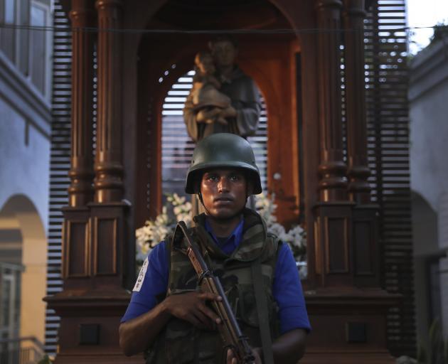 一名斯里兰卡士兵在科伦坡受损的圣安东尼教堂守卫。照片:AP