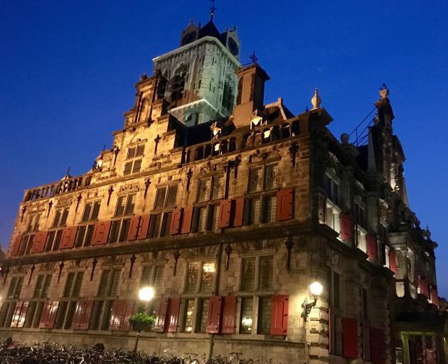 美丽的Stadhuis van Delft,市政厅,到了晚上。