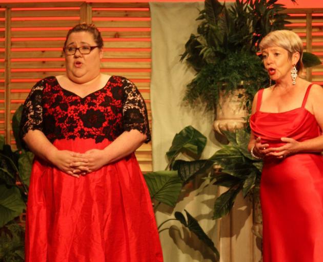 女中音Claire Barton(左)和Opera Here创作者兼女高音Lois Johnston将表演......