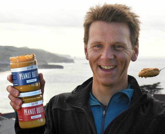 迈克尔哈斯蒂在奥塔哥农贸市场推出他的达尼丁生产的花生酱......
