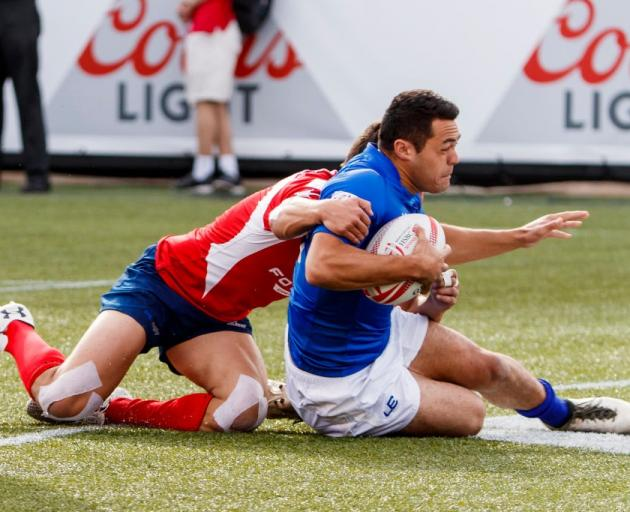 Danny Kayes scores a try for Samoa in a sevens match against Chile. Photo: Getty Images