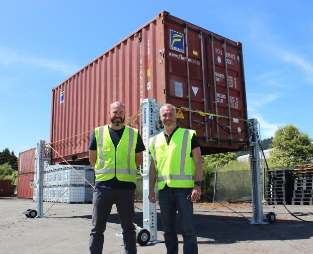 来自Bison Group的Greg(左)和Mark Fahey带着他们的新集装箱起重解决方案。照片:提供