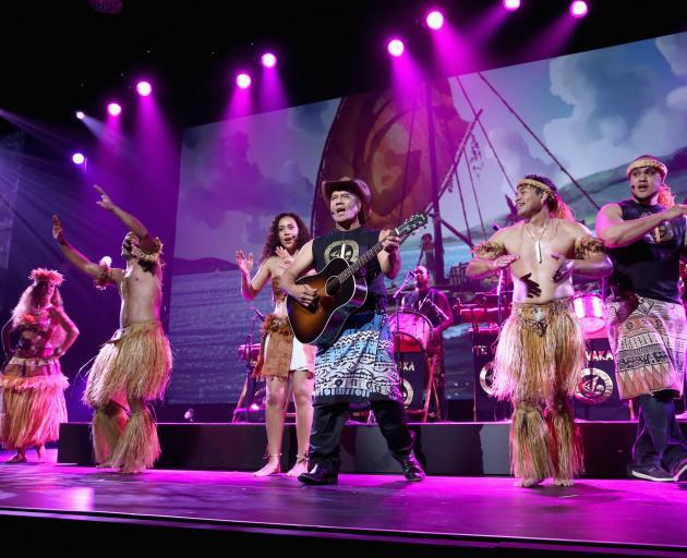 Te Vaka和Opetaia Foai表演他们最喜爱的曲调。照片:迪士尼