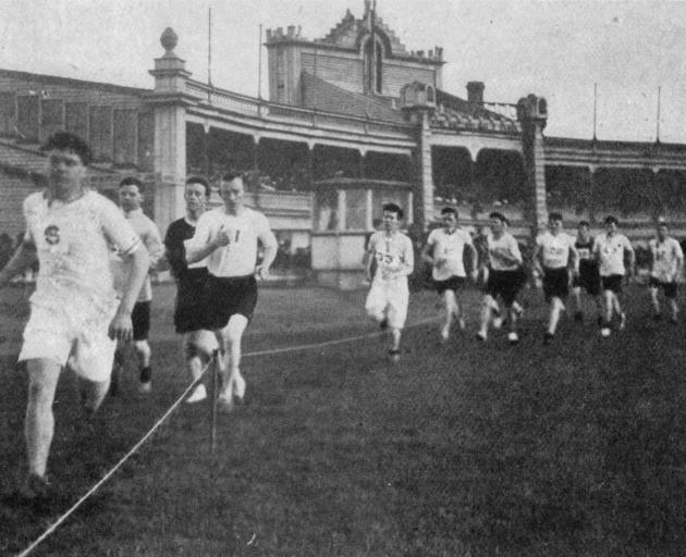 The one-mile handicap harrier race at the Caledonian Grounds on August 10th. Winner L. Edmond beat M. S. Hill to the line. — Otago Witness, 21.8.1918.