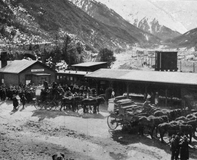 Coaches carrying the West Coast party arriving at Otira for the tunnel-piercing ceremony. - Otago Witness, 28.8.1918.