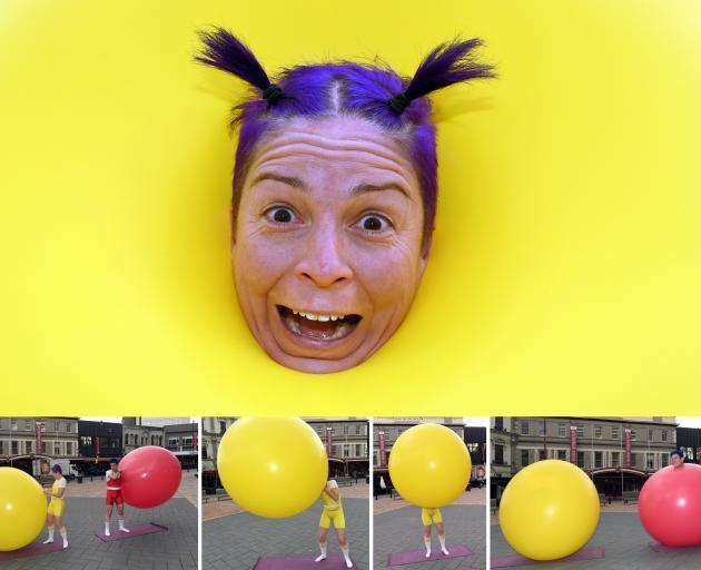 Air Play表演者Christina Gelsone和合作伙伴Seth Bloom将携带气球,他们将在他们的...
